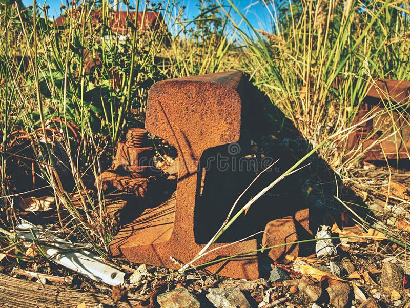 Carriles oxidados Lazos viejos putrefactos del olor terrible con la pintura del asfalto del fenol fotos de archivo