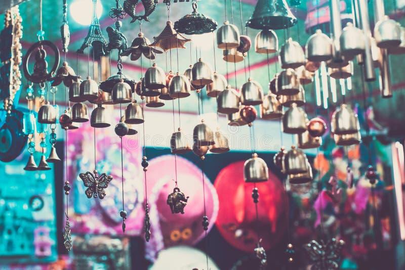 Carrilhão de vento no mercado do mcleodganj imagens de stock