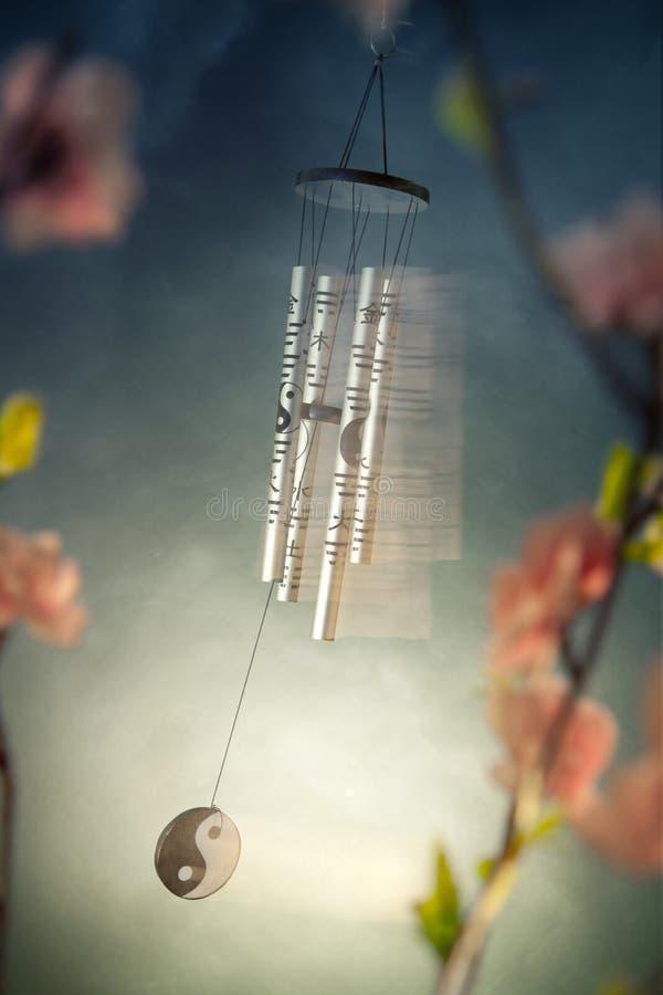 Carrilhões de vento chineses com flores de sakura fotos de stock royalty free