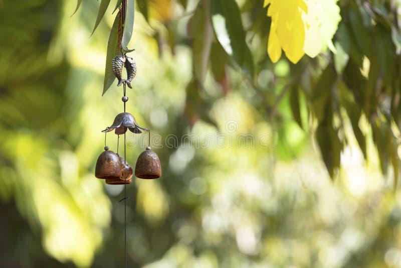 Carrilhões de vento do close up no jardim para a felicidade, sucesso, poder, riqueza imagem de stock royalty free