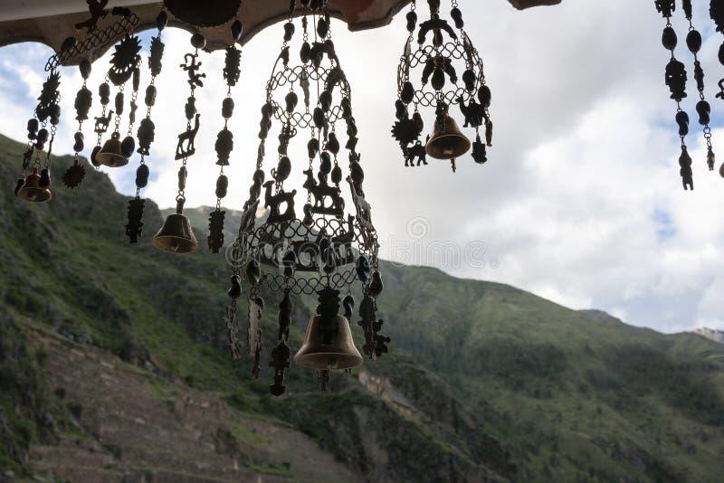 Carrilhões de vento que penduram em uma loja nos Andes Ollantaytambo, Peru imagens de stock royalty free