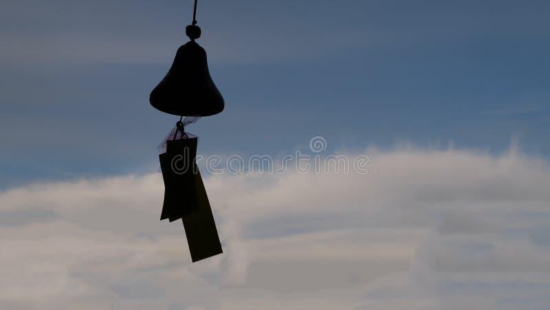 Carrilh?es dos sinos de vento comparados ao c?u azul imagens de stock