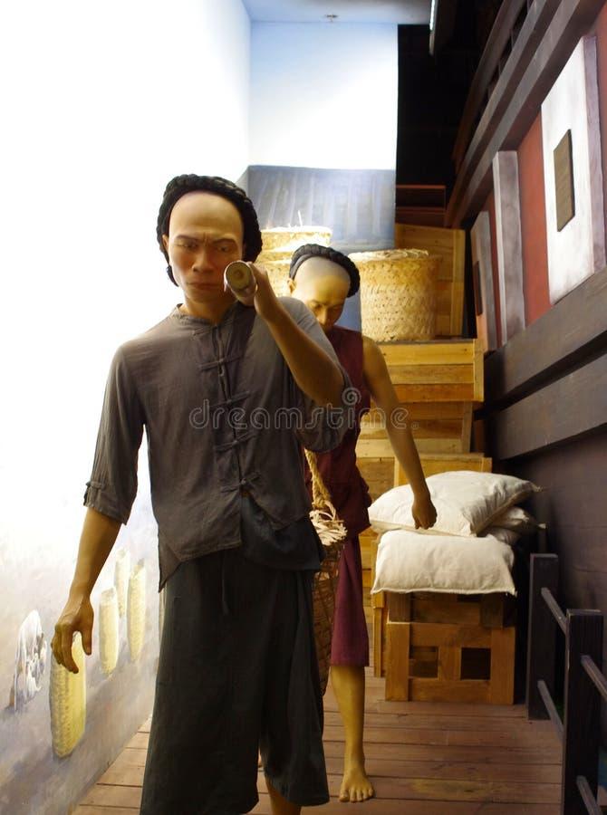 给carring在曼谷口岸的雕塑苦力打蜡物品 免版税库存图片