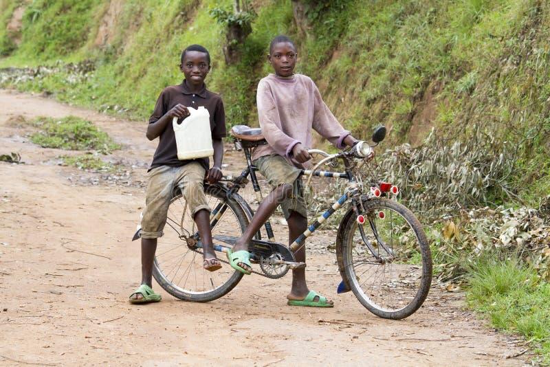 carring水的非洲男孩 免版税库存照片