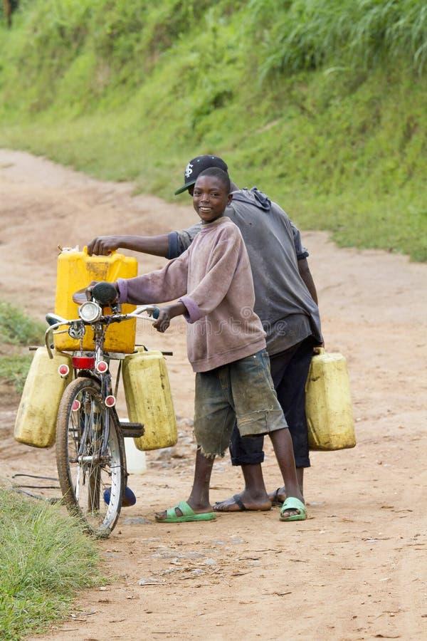carring水的非洲男孩 免版税图库摄影