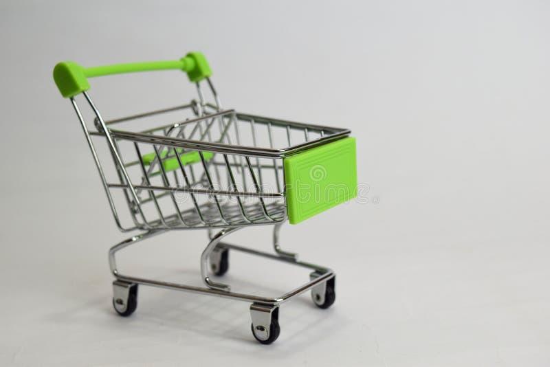 Carrinho de compras ascendente próximo, trole de compra isolado no fundo branco imagens de stock
