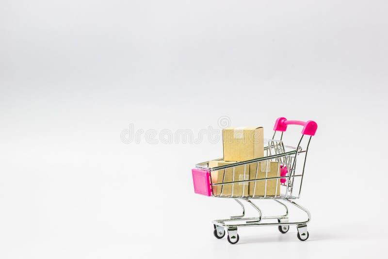 Carrinho de compras com a caixa de papel pronta para comprar no backgroun branco fotografia de stock