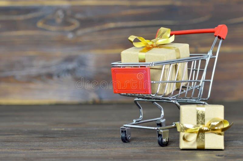 Carrinho de compras com caixas de presente do Natal imagens de stock royalty free