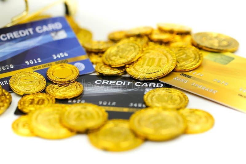 Carrinho de compras com cartões de crédito e pilhas do dinheiro de moedas, compra em linha, conceito do negócio fotografia de stock royalty free
