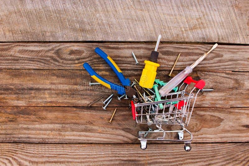 Carrinho de compras com ferramentas da construção fotos de stock royalty free