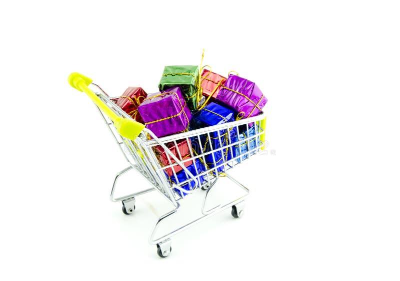 Carrinho de compras com os presentes e presentes coloridos do Natal imagem de stock royalty free