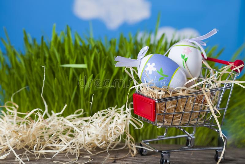 Carrinho de compras com ovos da páscoa fotos de stock