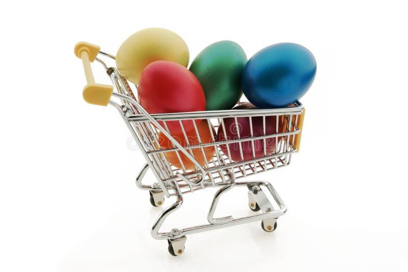 Carrinho de compras com ovos da páscoa fotos de stock royalty free