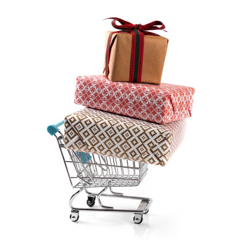 Carrinho de compras com a pilha de presentes isolados no branco fotos de stock royalty free