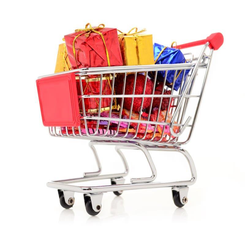 Carrinho de compras com presentes ano novo e presentes do Natal imagens de stock