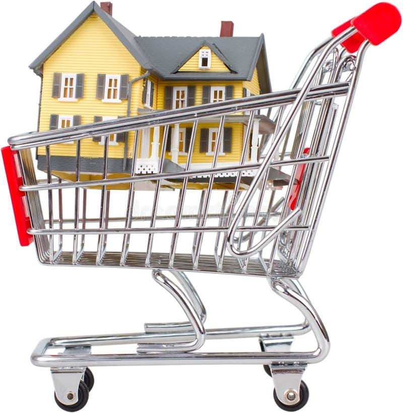 Carrinho de compras com uma casa nela - compra home imagem de stock