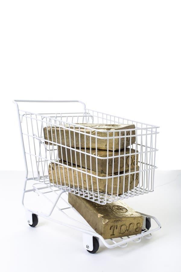 Carrinho de compras completamente do conceito do ouro fotografia de stock