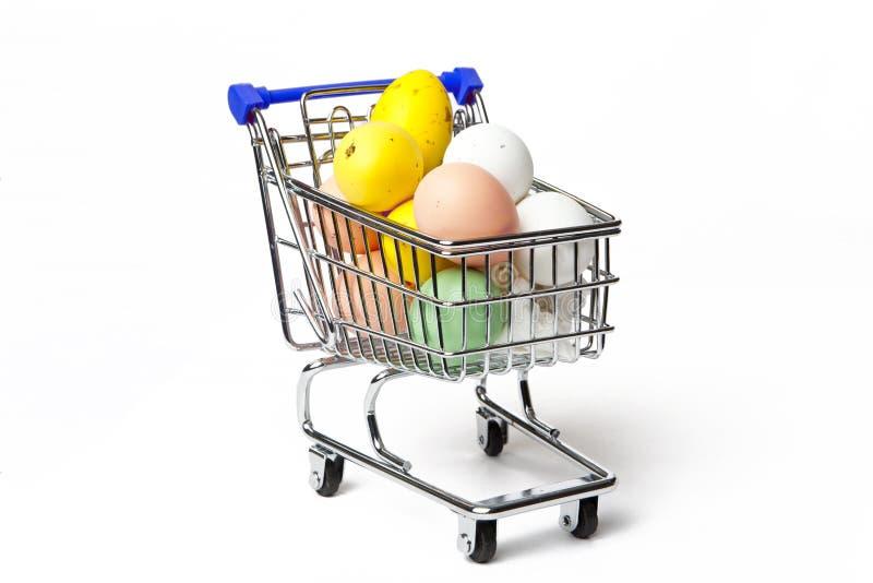 Carrinho de compras completamente dos ovos da páscoa fotos de stock royalty free