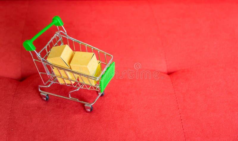 Carrinho de compras da compra do produto foto de stock
