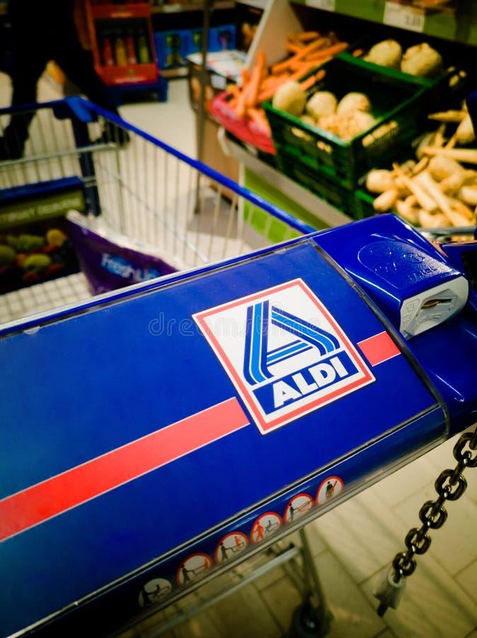 Carrinho de compras da loja de Aldi imagem de stock