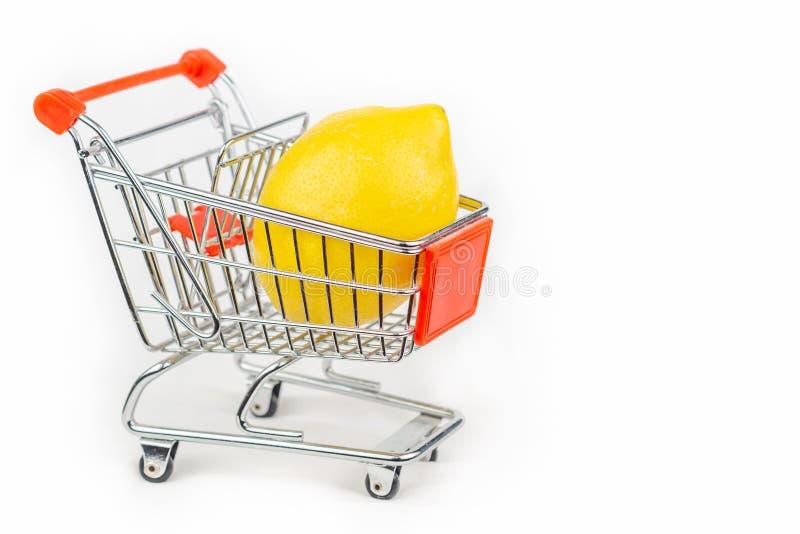 Carrinho de compras diminuto com um limão para dentro fotografia de stock royalty free
