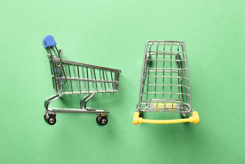 Carrinho de compras em um fundo verde fotografia de stock