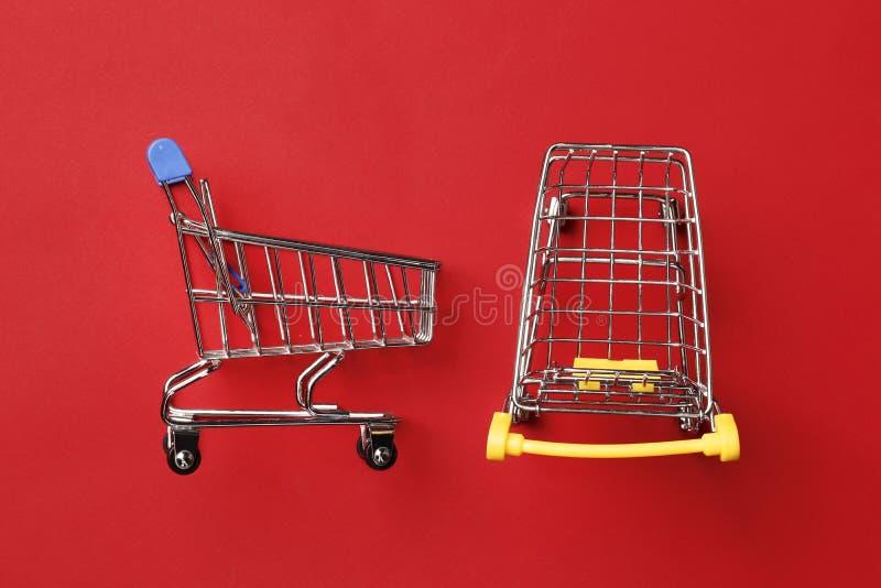 Carrinho de compras em um fundo vermelho fotografia de stock royalty free