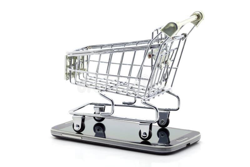 Carrinho de compras no smartphone isolado no fundo branco, conceito em linha de compra do negócio fotos de stock