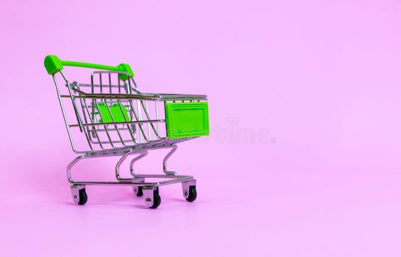 Carrinho de compras no supermercado em um roxo imagem de stock royalty free