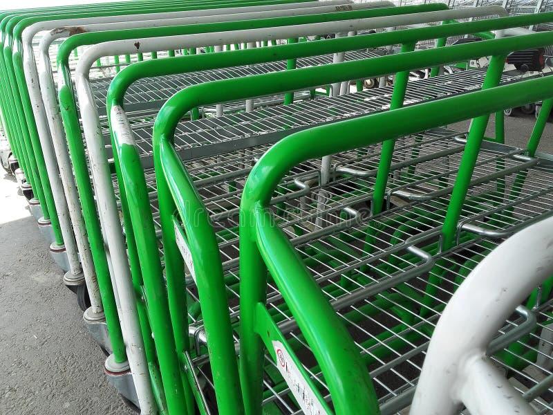 Carrinho de compras verde e branco grande para para levar materiais de construção fotografia de stock