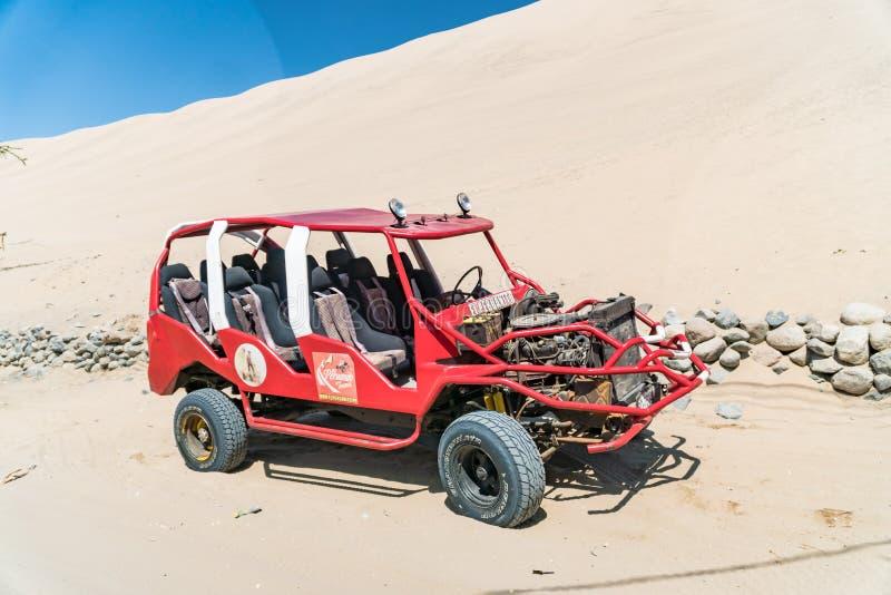 Carrinho de duna no pé de uma grande duna de areia em Huacachina, Peru fotografia de stock royalty free
