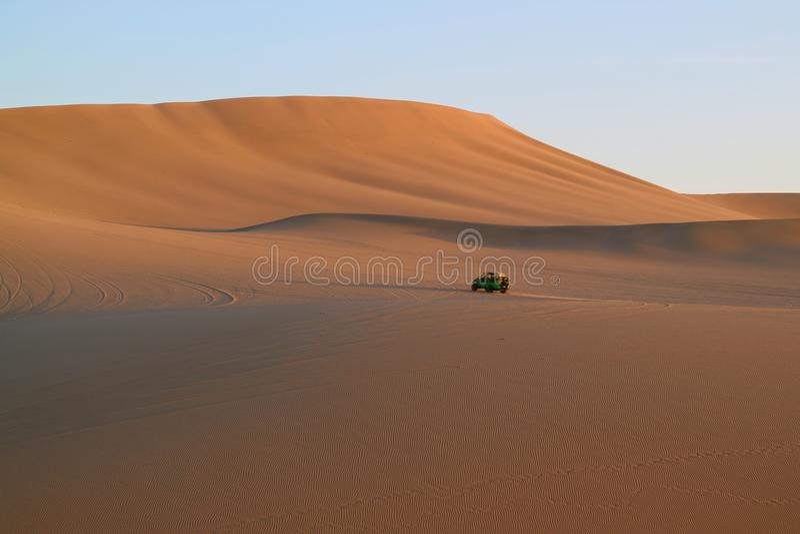 Carrinho de duna que corre na duna de areia imensa de Huacachina, AIC, Peru foto de stock royalty free