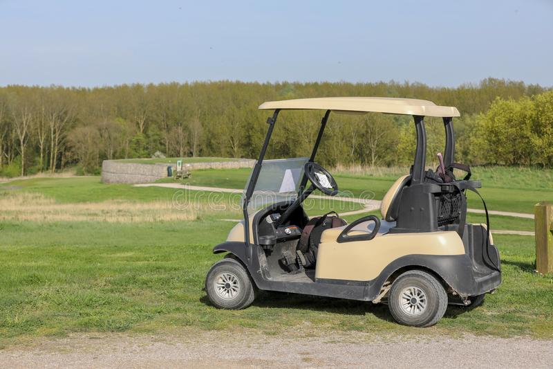 Carrinho de golfe no verde foto de stock royalty free