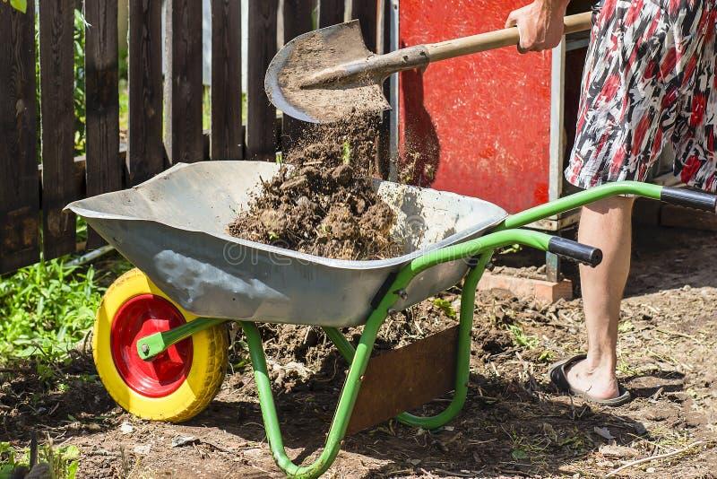 Carrinho de mão do jardim com terra, exploração agrícola fotos de stock