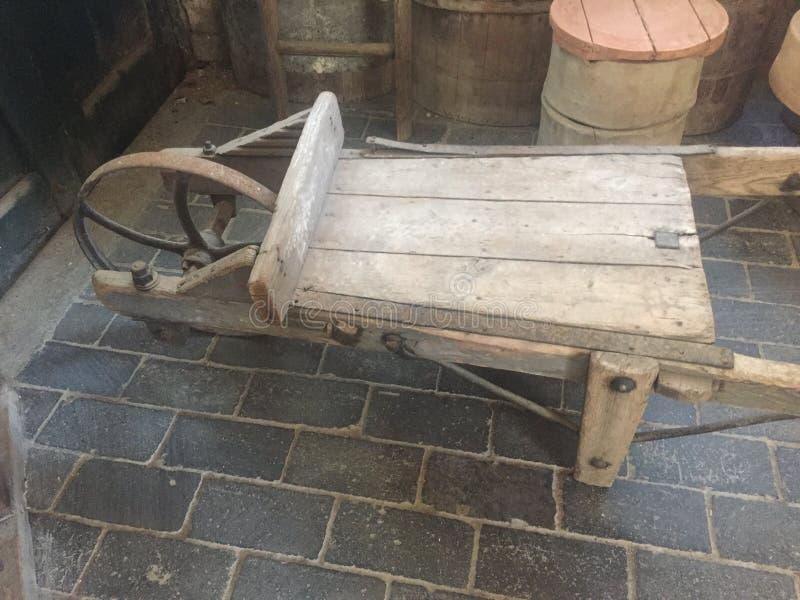 Carrinho de mão de madeira simples do século XIX II foto de stock