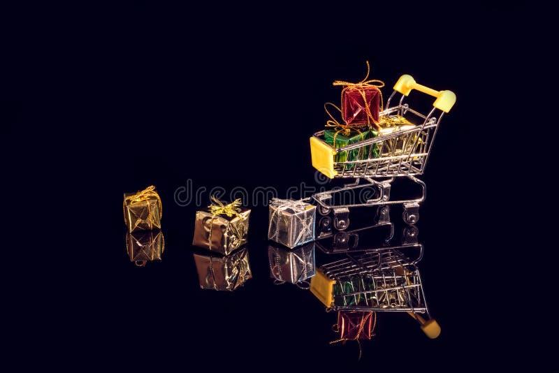 Carrinho de supermercado e caixas de presentes coloridas foto de stock royalty free