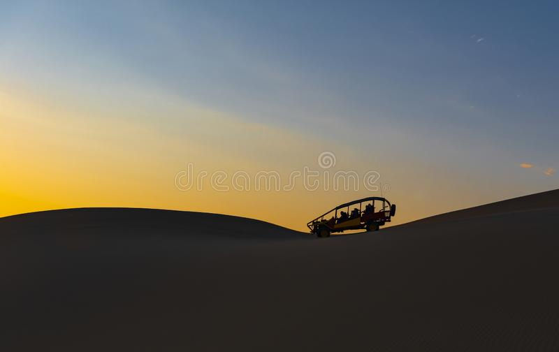 Carrinho do deserto no por do sol, AIC, Peru fotos de stock