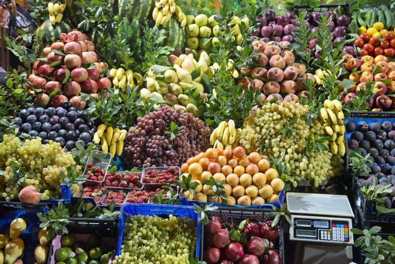 Carrinho do mercado de fruta fresca fotos de stock royalty free