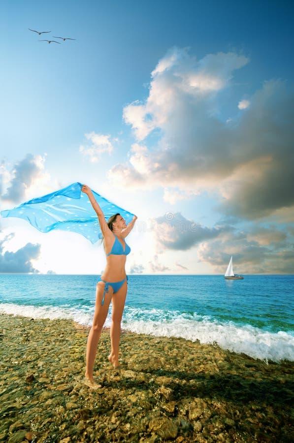 Carrinho novo da mulher da beleza na praia do mar imagem de stock