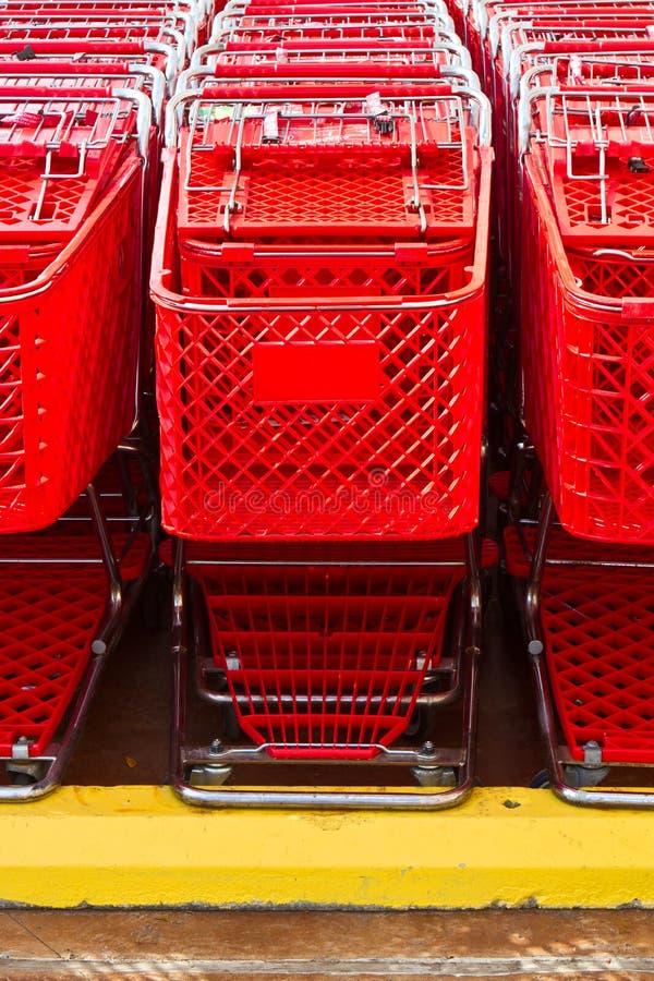 Carrinhos de compras alinhados foto de stock royalty free