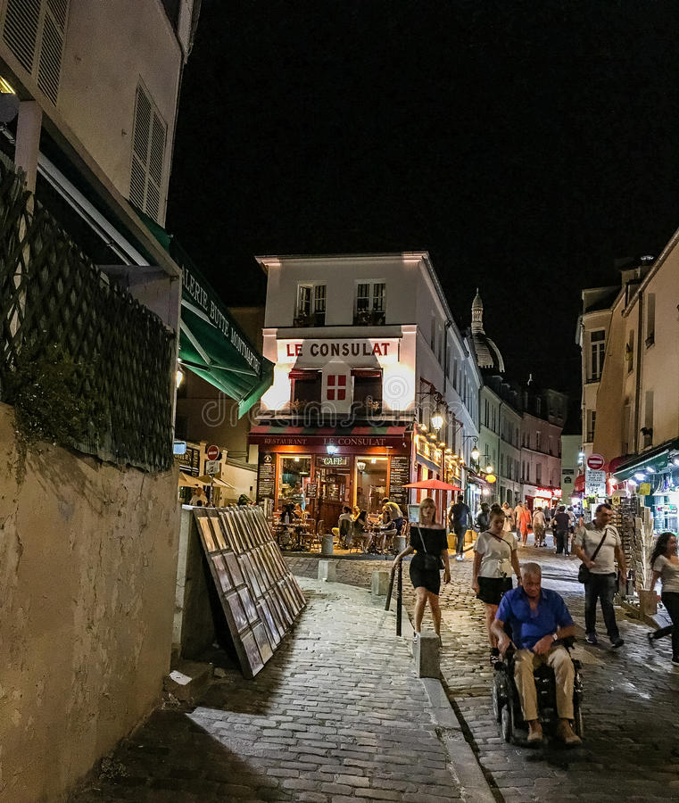 Carrinhos de criança da noite em Montmartre, Paris imagens de stock royalty free