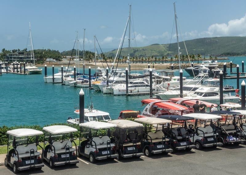 Carrinhos de golfe no porto do iate do porto em Hamilton Island, Austrália imagens de stock royalty free