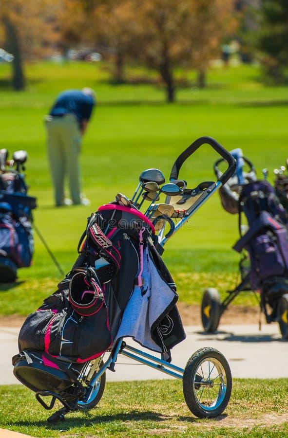 Carrinhos de golfe push pull fotos de stock
