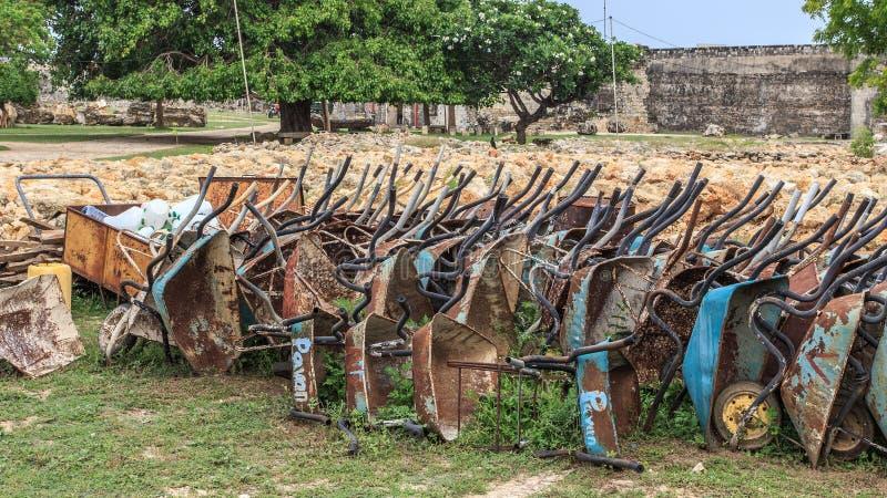 Carrinhos de mão de roda velhos usados para a construção das ruínas do forte de Jaffna em Sri Lanka fotos de stock royalty free