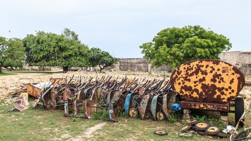 Carrinhos de mão de roda velhos usados para a construção das ruínas do forte de Jaffna em Sri Lanka foto de stock
