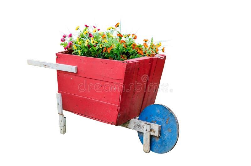 Carriola di legno rossa con il mazzo immagine stock for Mazzo per esterni in legno
