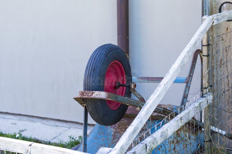 Carriola di ruota capovolta fotografia stock libera da diritti