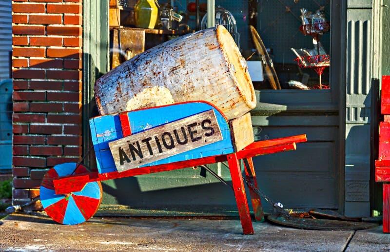 Carriola di ruota fine del negozio di oggetti d'antiquariato fotografia stock