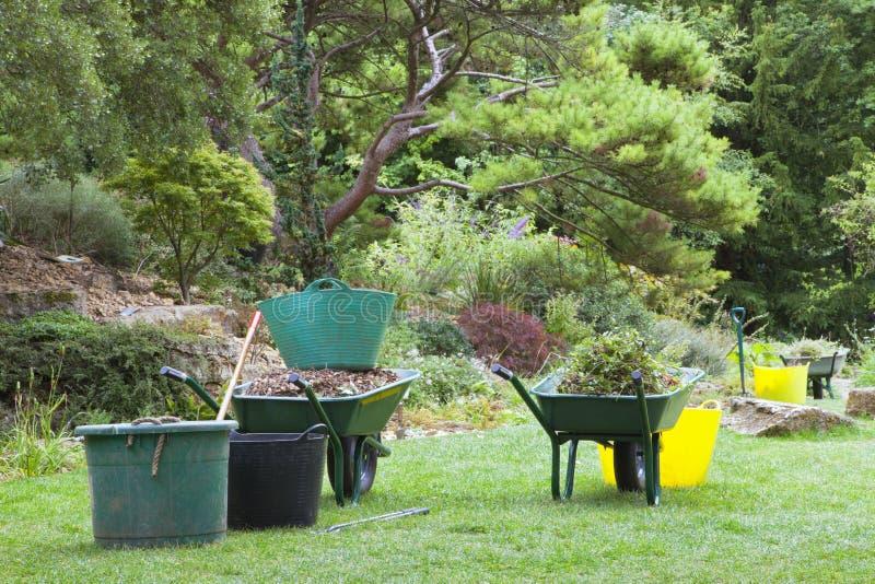 Carriole, secchi e strumenti del giardino per la rimozione delle erbacce, potanti immagini stock libere da diritti
