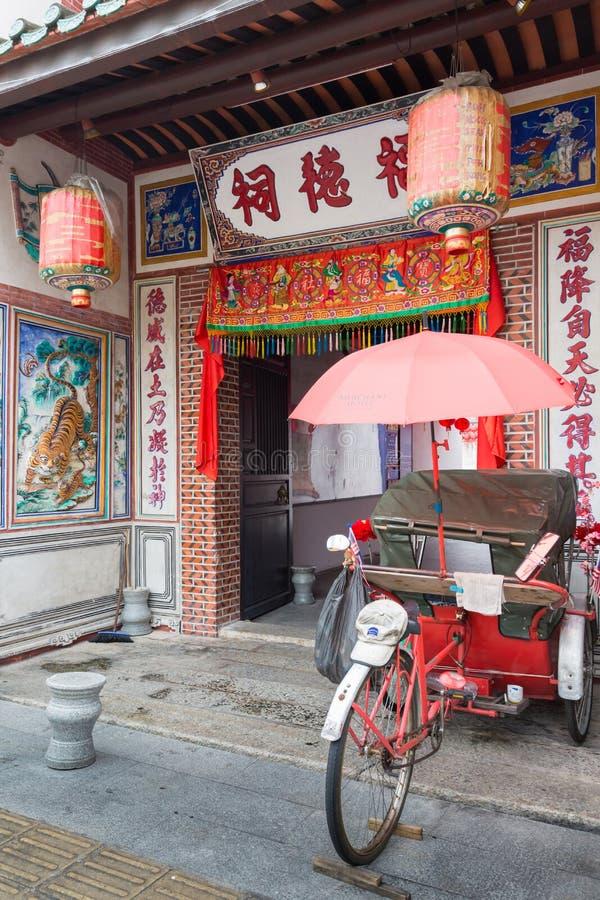 Carrito delante del templo de Teik Cheng Sin del vino del Rin fotos de archivo